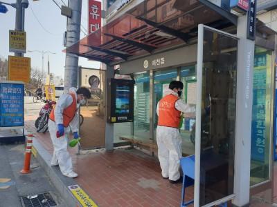 코로나 19 예방을 위한 대중교통 승강장 방역